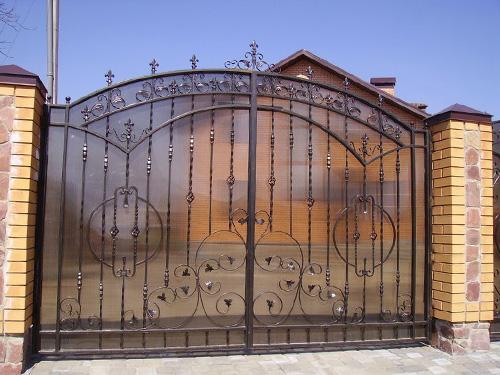 Изготовление кованных ворот с поликарбонатом